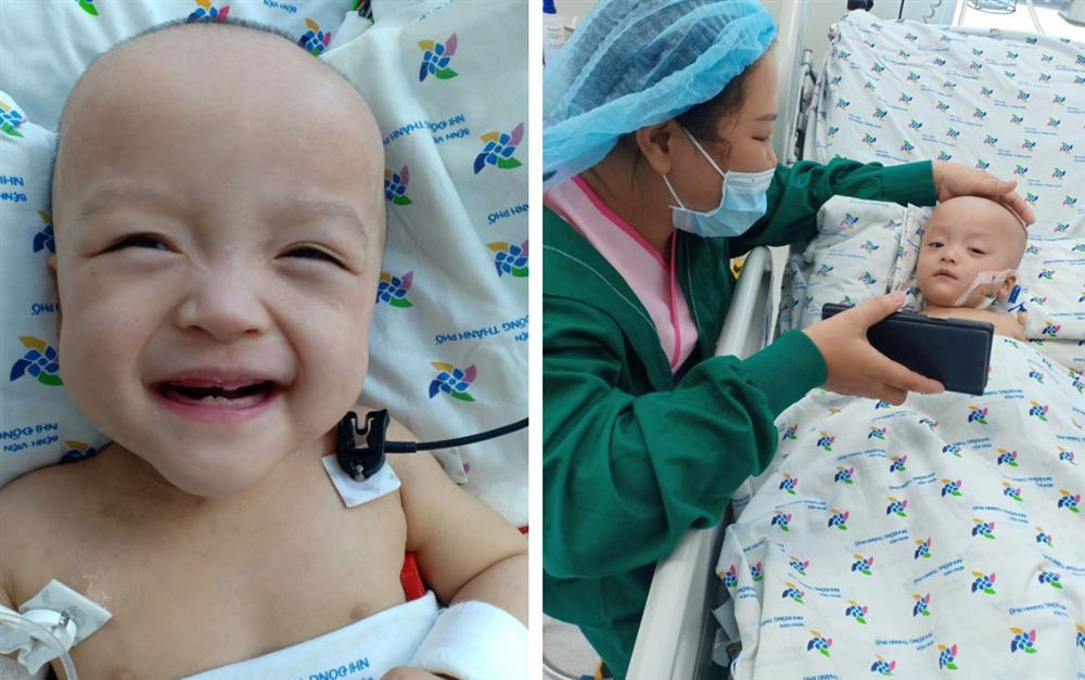Ảnh: Hai chị em Trúc Nhi - Diệu Nhi tươi cười xem điện thoại, cầm bình sữa uống hết sau 18 ngày phẫu thuật-2