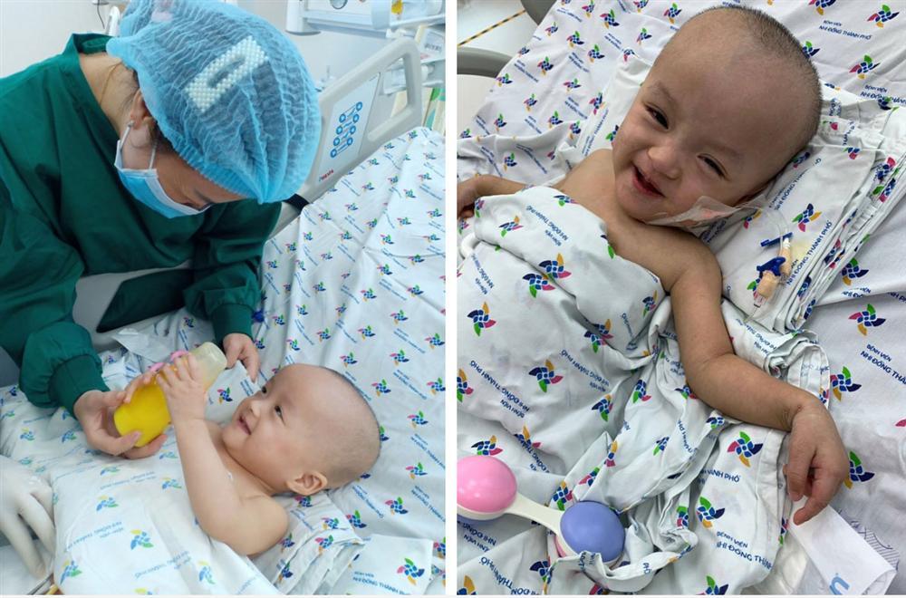 Ảnh: Hai chị em Trúc Nhi - Diệu Nhi tươi cười xem điện thoại, cầm bình sữa uống hết sau 18 ngày phẫu thuật-3