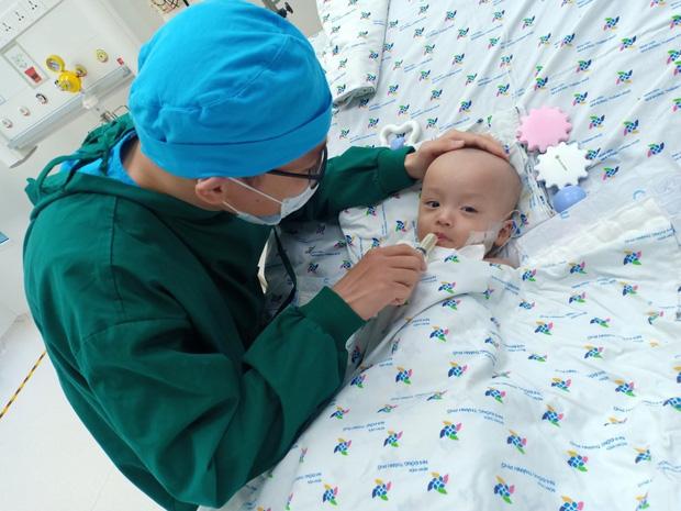 Ảnh: Hai chị em Trúc Nhi - Diệu Nhi tươi cười xem điện thoại, cầm bình sữa uống hết sau 18 ngày phẫu thuật-1