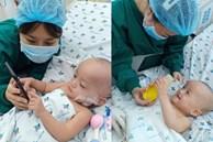 Ảnh: Hai chị em Trúc Nhi - Diệu Nhi tươi cười xem điện thoại, cầm bình sữa uống hết sau 18 ngày phẫu thuật