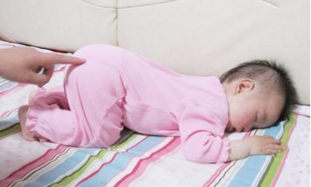 Nhiều trẻ thích ngủ trong tư thế chổng mông lên trời, tưởng không thoải mái nhưng lại rất tốt cho bé-1