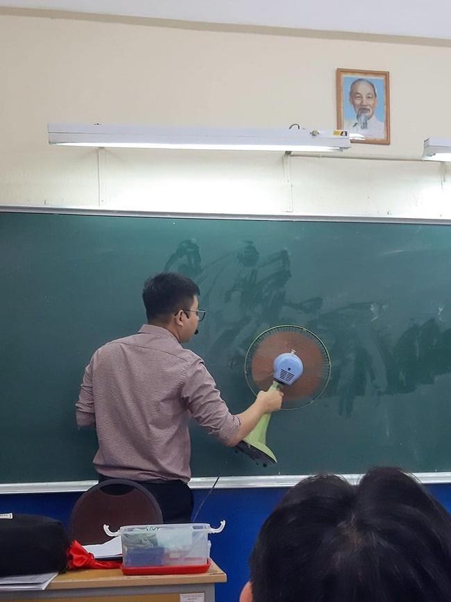 Đang trong giờ học mà thầy lăm lăm cầm 1 vật thể lạ, học trò vừa ôm bụng cười vừa phải lén chụp 1 tấm hình tố thầy quá cute-1