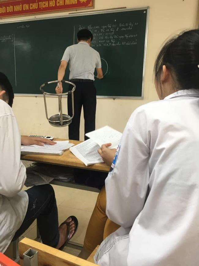 Đang trong giờ học mà thầy lăm lăm cầm 1 vật thể lạ, học trò vừa ôm bụng cười vừa phải lén chụp 1 tấm hình tố thầy quá cute-2