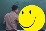 Đang trong giờ học mà thầy lăm lăm cầm 1 vật thể lạ, học trò vừa ôm bụng cười vừa phải lén chụp 1 tấm hình 'tố' thầy quá cute