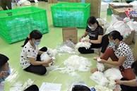 Rùng mình cách gian thương tái chế hàng tấn găng tay bẩn tuổn ra thị trường