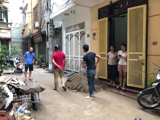 Hà Nội: Xe rùa rơi từ tầng 5 ngôi nhà đang thi công trúng người đi đường, một người đàn ông nhập viện cấp cứu-2