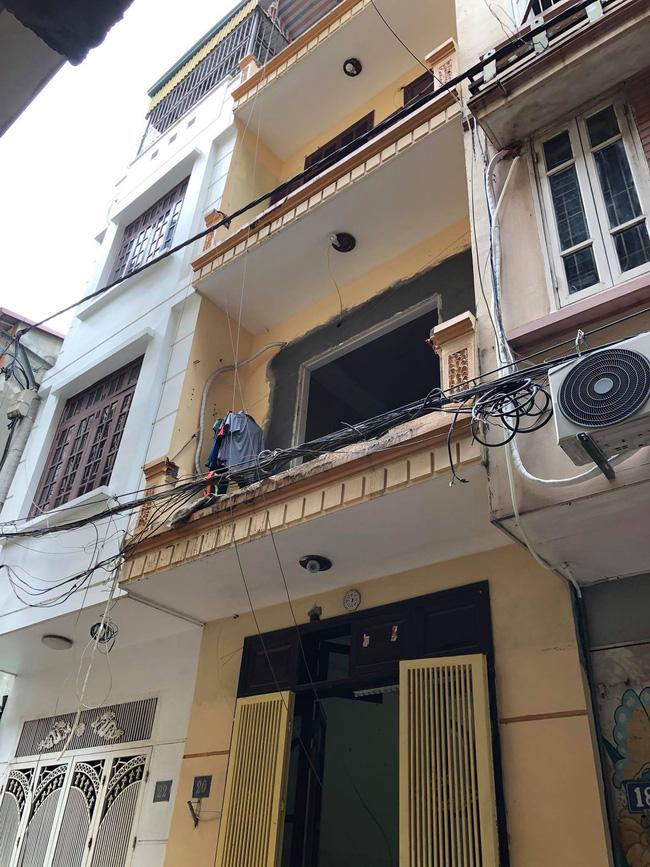 Hà Nội: Xe rùa rơi từ tầng 5 ngôi nhà đang thi công trúng người đi đường, một người đàn ông nhập viện cấp cứu-3
