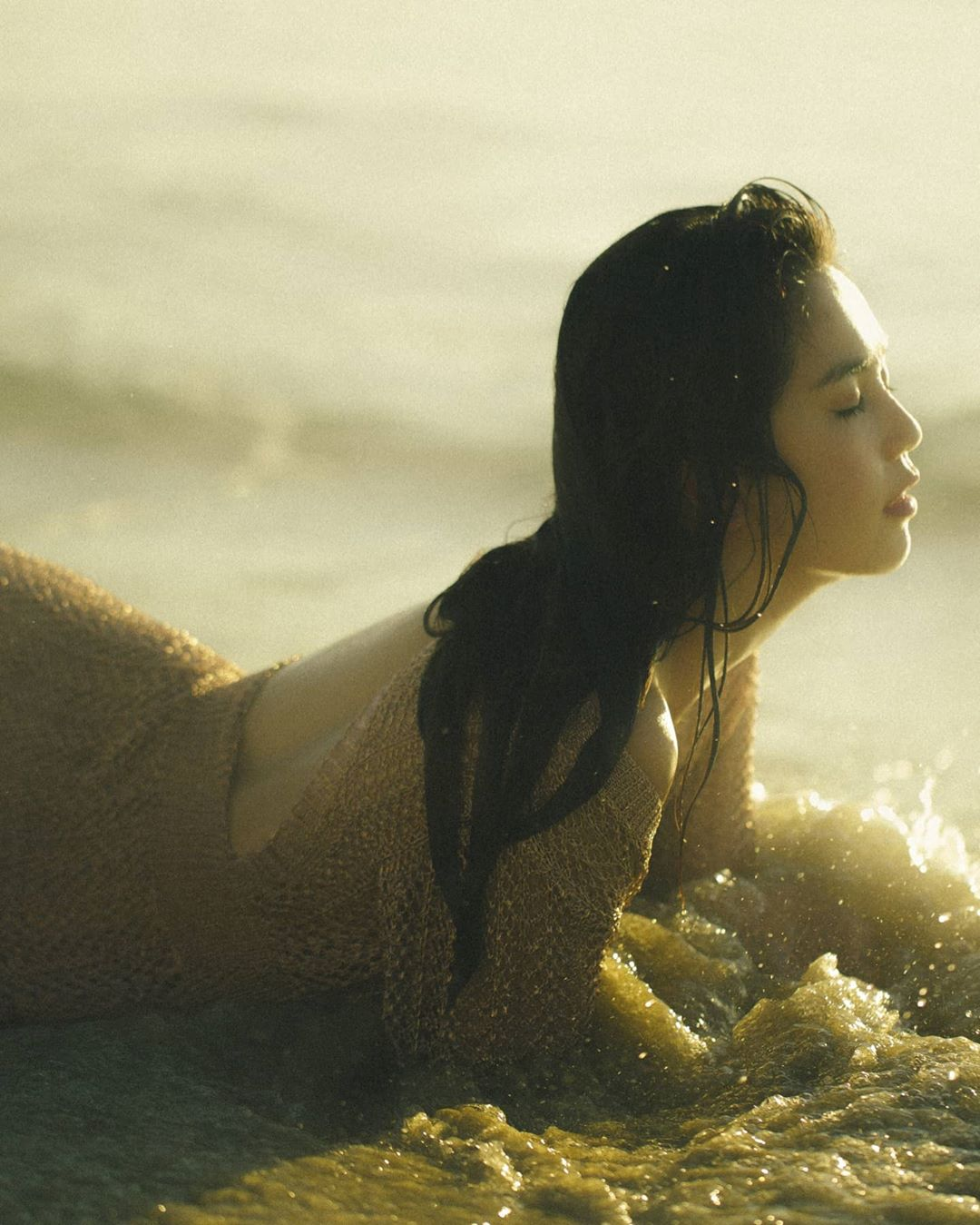 Ngọc Trinh tung loạt ảnh sexy trên biển nhưng lộ cả vòng 1 vì không mặc áo ngực?-4