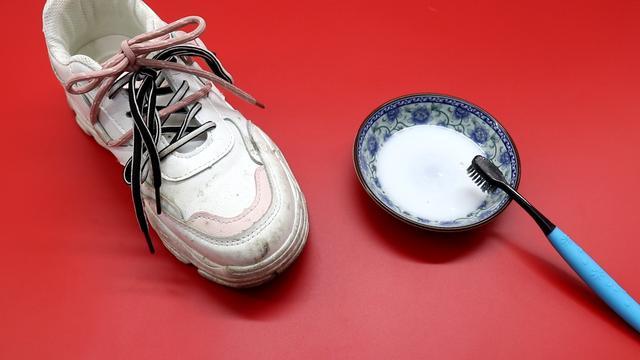 Giày trắng dễ bẩn và quá khó để giặt sạch hẳn? Hãy làm theo cách này giày sẽ trắng sáng chỉ trong vài phút-6
