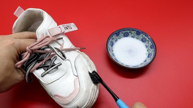 Giày trắng dễ bẩn và quá khó để giặt sạch hẳn? Hãy làm theo cách này giày sẽ trắng sáng chỉ trong vài phút-7