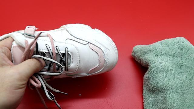 Giày trắng dễ bẩn và quá khó để giặt sạch hẳn? Hãy làm theo cách này giày sẽ trắng sáng chỉ trong vài phút-8