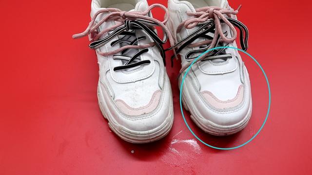Giày trắng dễ bẩn và quá khó để giặt sạch hẳn? Hãy làm theo cách này giày sẽ trắng sáng chỉ trong vài phút-9