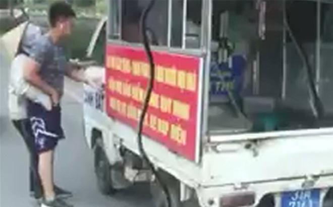 Chiến sỹ công an mặc quần đùi, áo cộc tay xử lý người bán hàng rong bị điều chuyển công tác-1