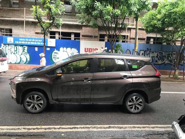 Kinh hãi hình ảnh thanh sắt đâm xuyên nóc ô tô đúng vị trí ghế lái, tài xế thoát chết trong gang tấc-2