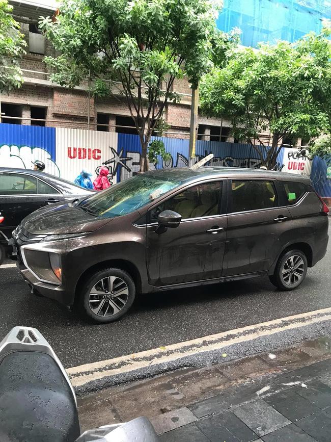 Kinh hãi hình ảnh thanh sắt đâm xuyên nóc ô tô đúng vị trí ghế lái, tài xế thoát chết trong gang tấc-3