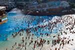 Những hình ảnh gây sốc: Một số bể bơi ở TQ vẫn 'chật như nêm' dù COVID-19 đã 'tái xuất' ở nhiều nơi