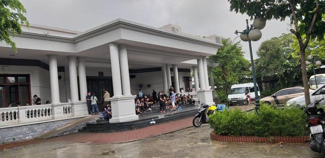 Vụ container tông xe con dừng đèn đỏ làm 3 người chết ở Hà Nội: Chuyến xe định mệnh đưa cặp vợ chồng đi lễ rằm-1
