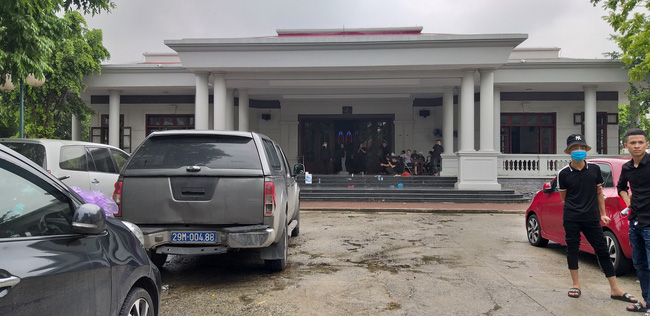 Vụ container tông xe con dừng đèn đỏ làm 3 người chết ở Hà Nội: Chuyến xe định mệnh đưa cặp vợ chồng đi lễ rằm-3