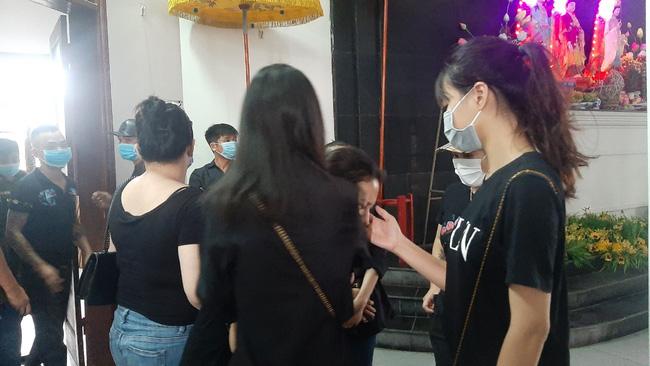 Vụ container tông xe con dừng đèn đỏ làm 3 người chết ở Hà Nội: Chuyến xe định mệnh đưa cặp vợ chồng đi lễ rằm-5