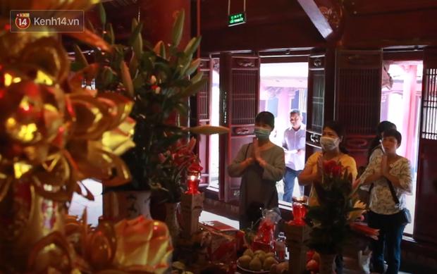 Học sinh Hà Nội rủ nhau đến Văn Miếu cầu may trước kỳ thi tốt nghiệp THPT Quốc gia 2020-7