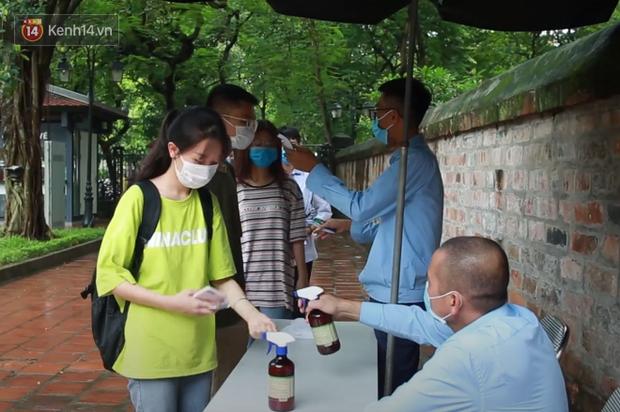 Học sinh Hà Nội rủ nhau đến Văn Miếu cầu may trước kỳ thi tốt nghiệp THPT Quốc gia 2020-2