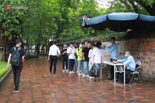 Học sinh Hà Nội rủ nhau đến Văn Miếu cầu may trước kỳ thi tốt nghiệp THPT Quốc gia 2020-4