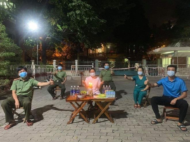 Tiệc sinh nhật đặc biệt của y sỹ chống COVID-19 khiến dân mạng rưng rưng-1