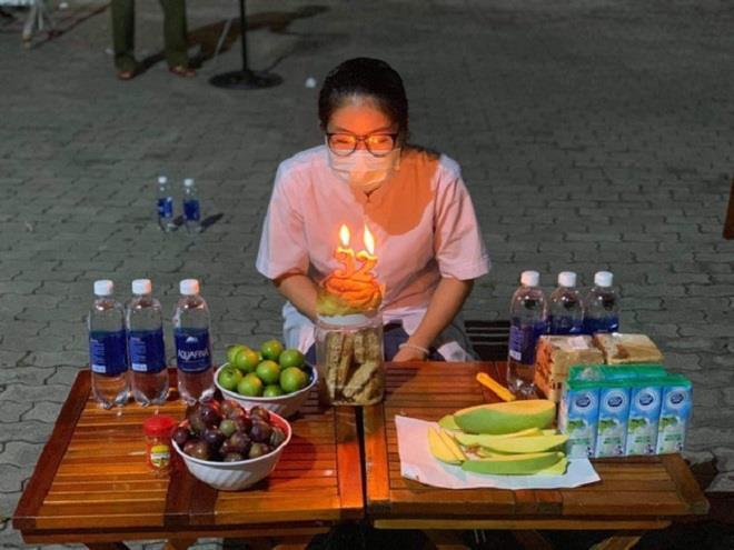 Tiệc sinh nhật đặc biệt của y sỹ chống COVID-19 khiến dân mạng rưng rưng-2