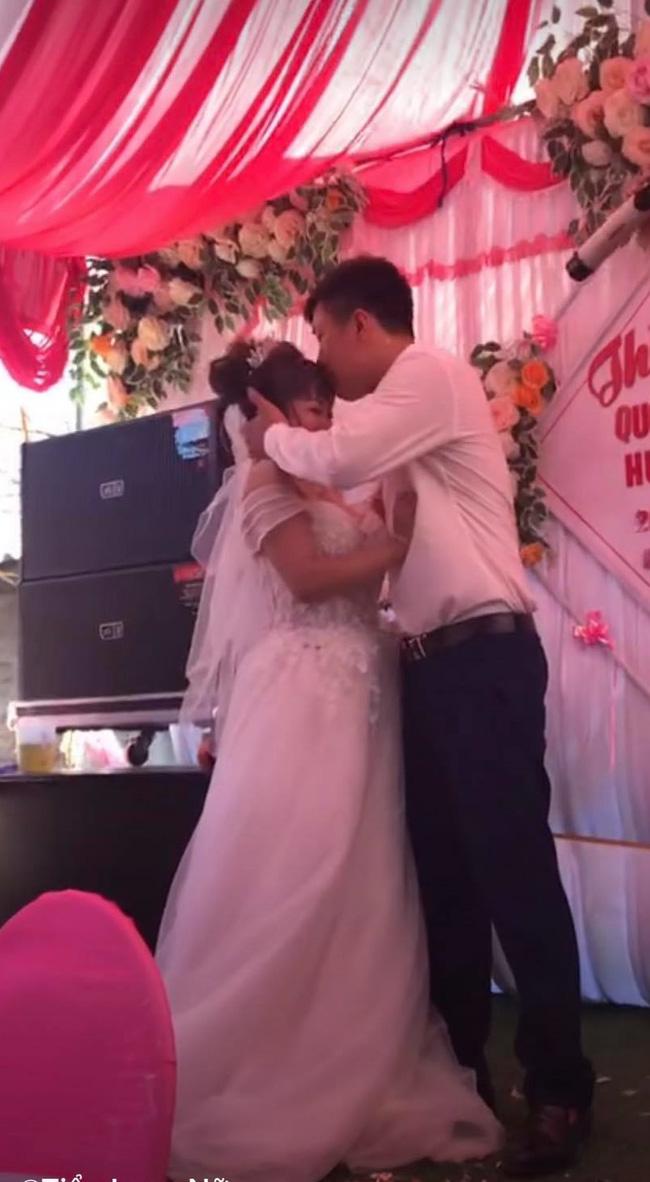 Chú rể cưỡng hôn cô dâu trên sân khấu tổ chức hôn lễ khiến MC hoảng hốt: Chưa, chưa, cả hôn trường thì cười không kìm được-3
