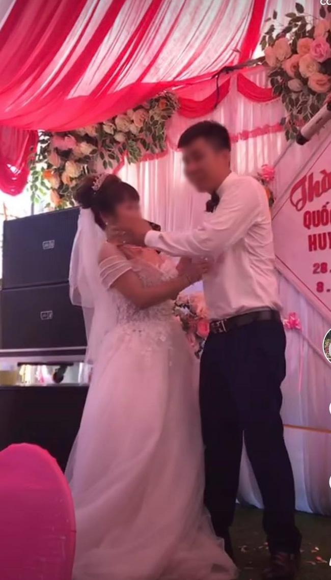 Chú rể cưỡng hôn cô dâu trên sân khấu tổ chức hôn lễ khiến MC hoảng hốt: Chưa, chưa, cả hôn trường thì cười không kìm được-2