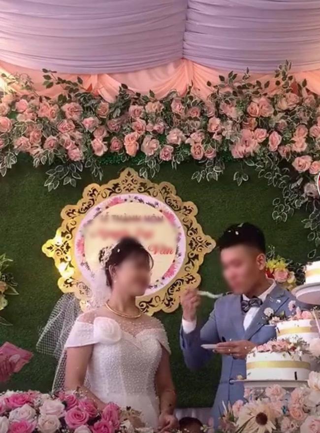 Chú rể cưỡng hôn cô dâu trên sân khấu tổ chức hôn lễ khiến MC hoảng hốt: Chưa, chưa, cả hôn trường thì cười không kìm được-4