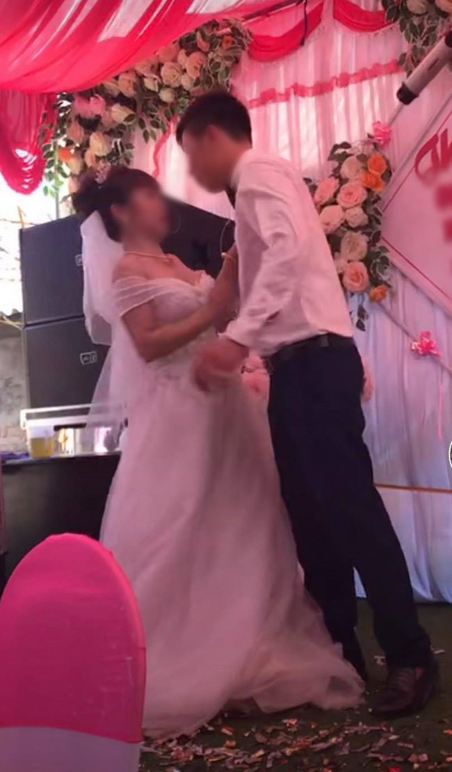Chú rể cưỡng hôn cô dâu trên sân khấu tổ chức hôn lễ khiến MC hoảng hốt: Chưa, chưa, cả hôn trường thì cười không kìm được-1
