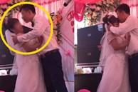 Chú rể 'cưỡng hôn' cô dâu trên sân khấu tổ chức hôn lễ khiến MC hoảng hốt: 'Chưa, chưa', cả hôn trường thì cười không kìm được