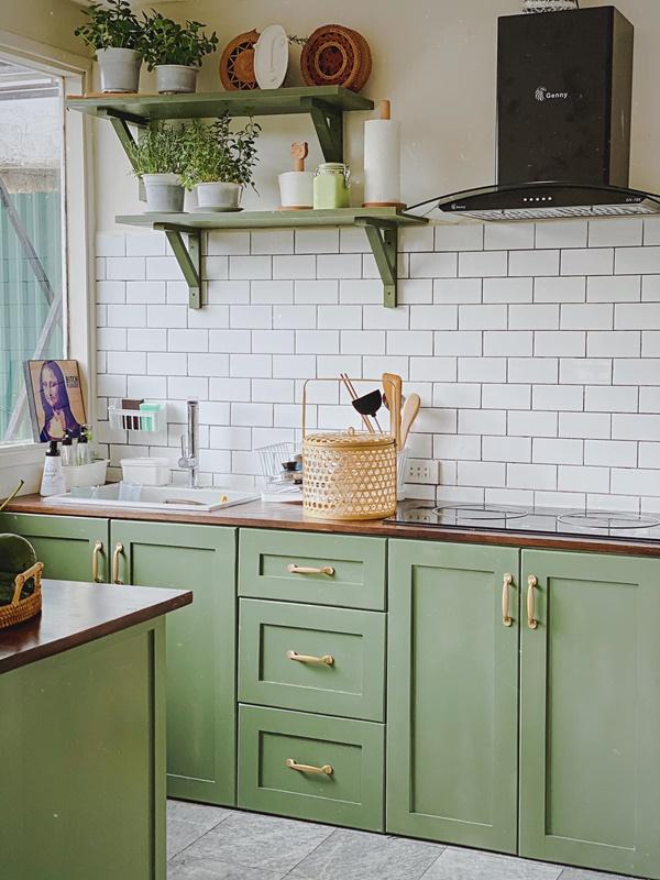 Căn bếp của vợ chồng trẻ Đà Lạt khiến chị em mê mẩn: Lên xứ bơ nên làm bếp cũng màu 034 mới chịu!-1