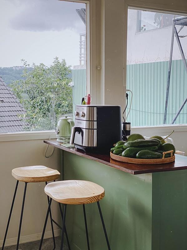 Căn bếp của vợ chồng trẻ Đà Lạt khiến chị em mê mẩn: Lên xứ bơ nên làm bếp cũng màu 034 mới chịu!-4