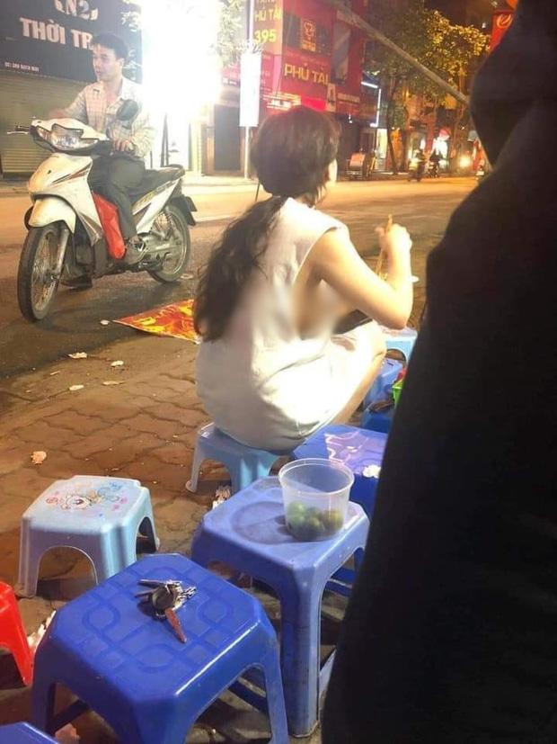 Cô gái mặc áo dây để lộ vòng 1 hớ hênh khi đi đường, dân tình lắc đầu: Quá phản cảm-4