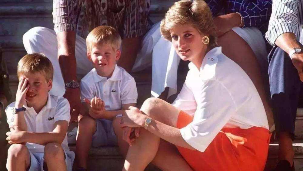 Hoàng tử William - Công nương Diana: Vòng tay của người mẹ được tạo nên từ tình yêu thương, làm sao đứa trẻ ngủ trong đó mà không ngọt ngào?-1
