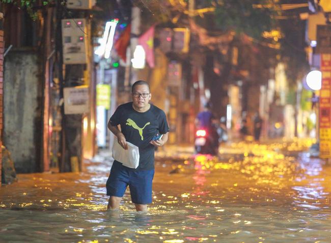 Ảnh: Mưa rào cả buổi chiều, đường phố Hà Nội ngập như sông-1