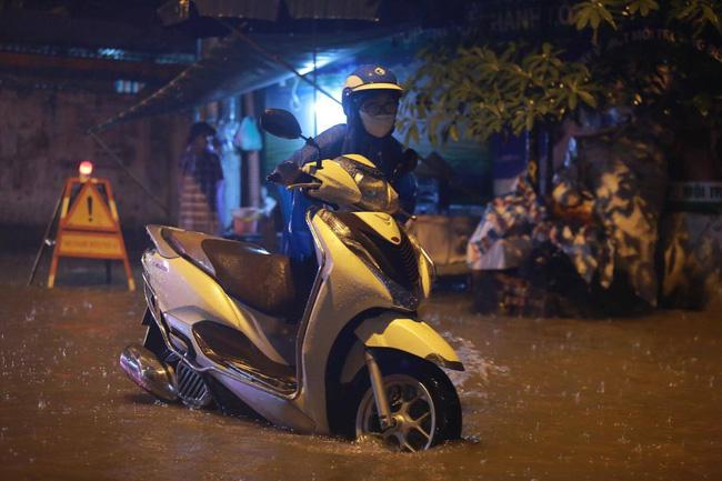 Ảnh: Mưa rào cả buổi chiều, đường phố Hà Nội ngập như sông-2