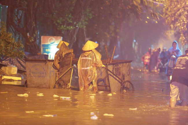 Ảnh: Mưa rào cả buổi chiều, đường phố Hà Nội ngập như sông-10