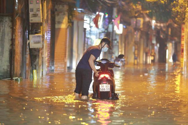 Ảnh: Mưa rào cả buổi chiều, đường phố Hà Nội ngập như sông-3