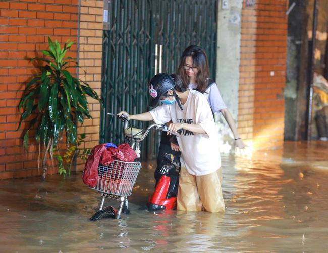 Ảnh: Mưa rào cả buổi chiều, đường phố Hà Nội ngập như sông-4