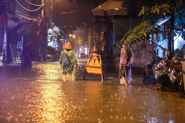 Ảnh: Mưa rào cả buổi chiều, đường phố Hà Nội ngập như sông-5