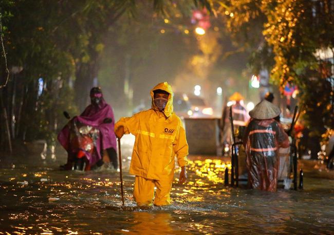 Ảnh: Mưa rào cả buổi chiều, đường phố Hà Nội ngập như sông-6
