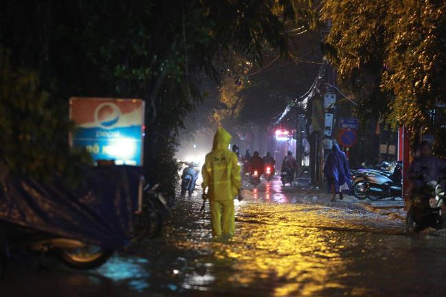 Ảnh: Mưa rào cả buổi chiều, đường phố Hà Nội ngập như sông-7