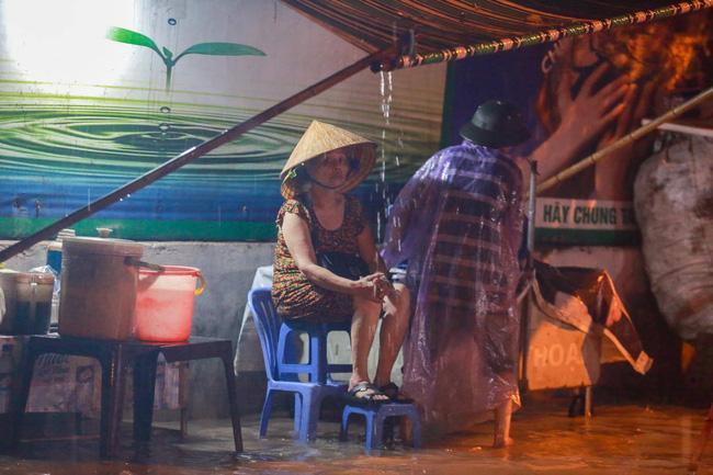 Ảnh: Mưa rào cả buổi chiều, đường phố Hà Nội ngập như sông-9