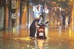 Ảnh: Mưa rào cả buổi chiều, đường phố Hà Nội ngập như sông