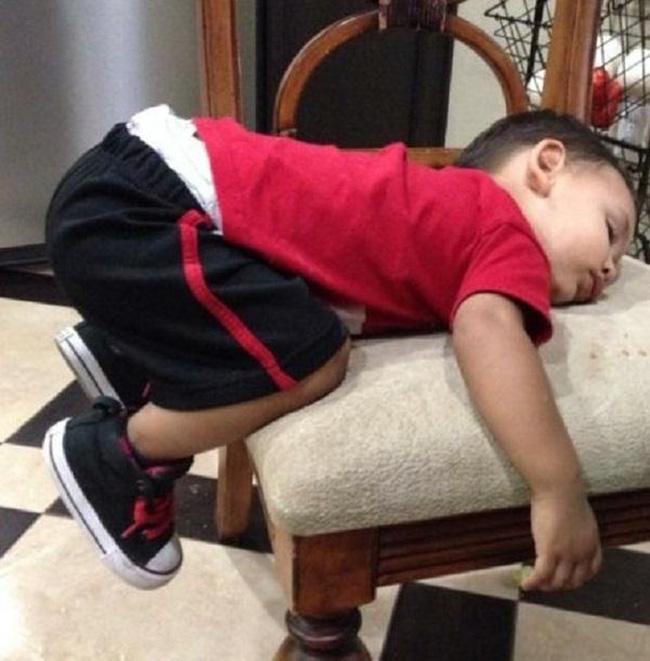 Những tư thế ngủ có thần thái đỉnh cao của các bé, xem xong ai nấy cười té ghế-1