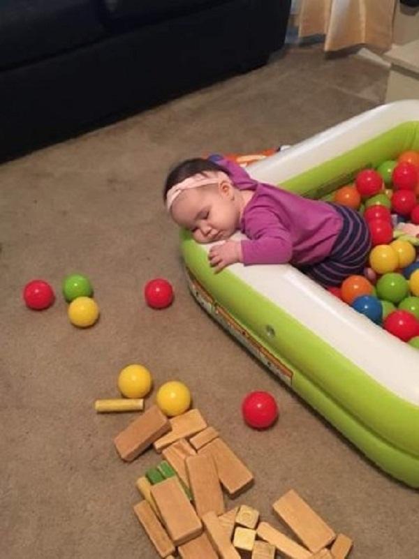 Những tư thế ngủ có thần thái đỉnh cao của các bé, xem xong ai nấy cười té ghế-5