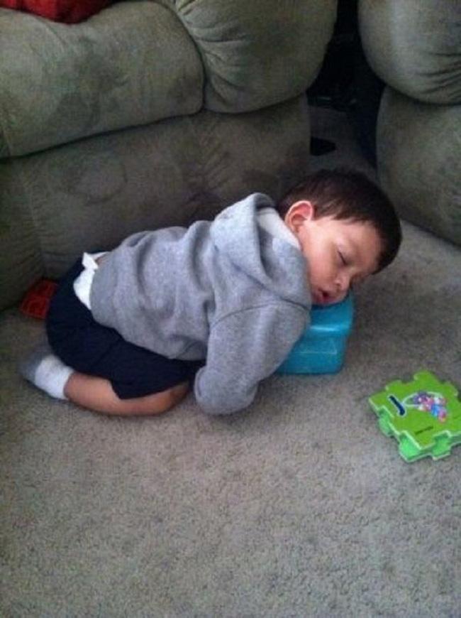 Những tư thế ngủ có thần thái đỉnh cao của các bé, xem xong ai nấy cười té ghế-7